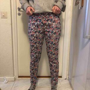 Avslappade kostymliknande byxor i blommigt mönster från New Look, UK. 97% bomull. Passar mig som är mellan strl S och M ganska bra så tror att om man är närmare XS är de för stora. Jättebra skick då jag bara använt dem ett fåtal gånger.