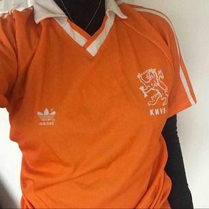 Orange adidaströja med vit liten krage, perfekt till träning!