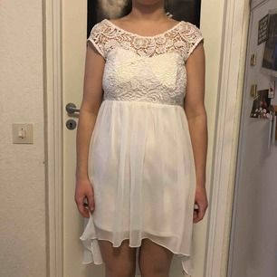 En vit klänning som köptes till studenten, bara använd den gången. Jättefin rygg och fint mönster fram upptill. Lite genomskinlig kjol men har man vita trosor så syns inget.
