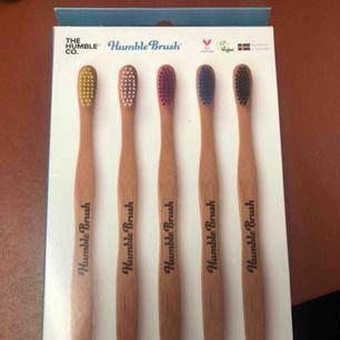 5 stycken Miljövänliga tandborstar från humble brush! Dessa är gjorda av 100% bambu vilket gör dem mycket bättre än de plasttandborstar man annars köper.