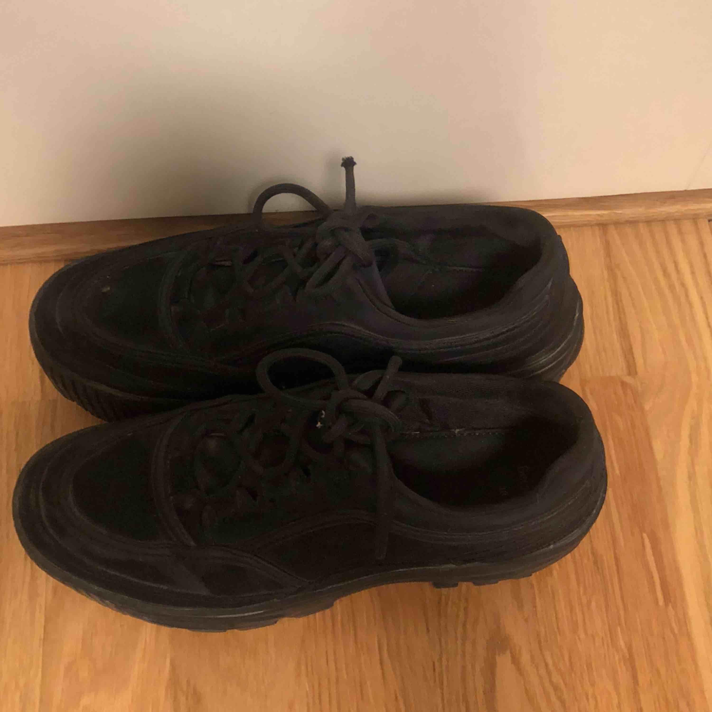Säljer dessa svarta skor från Bershka! Är i ganska bra skick. Kan mötas upp i Stockholm eller skicka!💚💞💖. Skor.