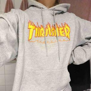 En avklippt trasher hoodie, tyvärr klippte jag sönder fickan (se bild 3)! Sitter snyggt croppad, skriv för fler bilder. Kan mötas upp i sthlm eller frakta😇