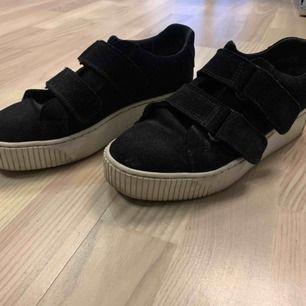 Säljer mina sneakers från Tamaris. Dem är från en kollektion designad av Janni Deler. Superbekväma skor i väldigt bra skick. Dem har kardborreband. Nypris ungefär 700kr  (skriv om ni vill ha fler bilder)