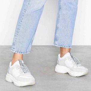 Säljer mina skiiitsnygga chunky sneakers från Bronx. Dem är väldigt bekväma och är i bra skick. Sulan går lätt att göra ren med lite vatten (kan själv fixa dem innan nån köper dem). Nypris ungefär 1500kr