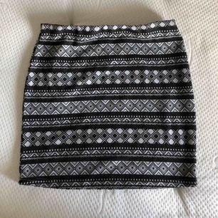 Oanvänd kjol från Beloved i mjukt material. Kjolen har storlek M och kostar 20kr