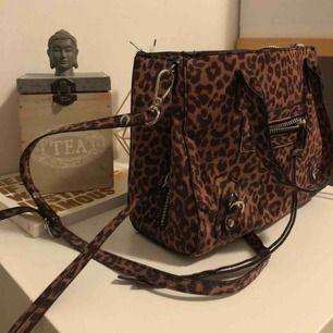 Jättefin leopard mönstrad väska från NLY. Använd ett fåtal gånger. Medelstor.
