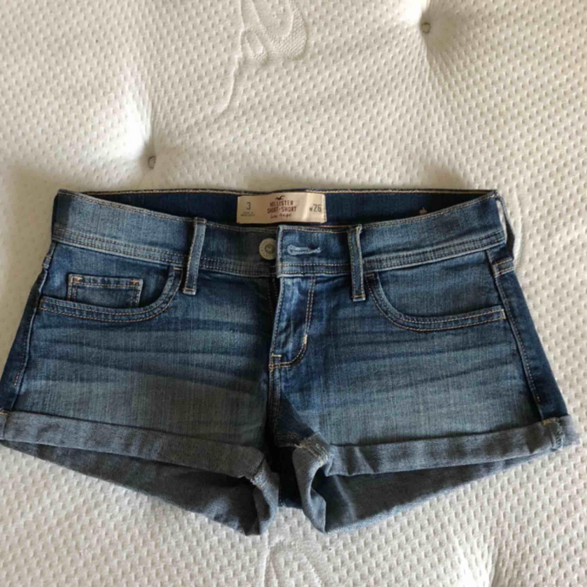 Shortsen är använda men fortfarande i gott skick. Shortsens modell är korta till midjan och har storlek 26, säljs för 20kr. Shorts.