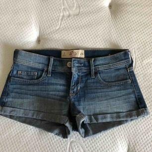 Shortsen är använda men fortfarande i gott skick. Shortsens modell är korta till midjan och har storlek 26, säljs för 20kr