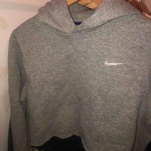 Supersnygg nike hoodie som jag själv cropat. Storlek 164 men passar lika bra på mig som är XS/S. Jag är 165 cm lång!🧚🏽♀️💓🪐 (köparen står för frakt) 📦