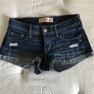 Ett par använda jeansshorts från Hollister i bra skick. Shortsens modell är korta till midjan och håliga i storlek 26 och kostar 20kr