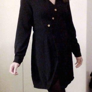Fin klänning från PrettyLittleThing! Perfekt nu till jul, och till andra tillfällen såklart. Knappar framtill och i ärmslut. Stängs med knappar + knytning. Hör av dig om du undrar nått 💋 frakt tillkommer om man inte vill hämta i Lund!