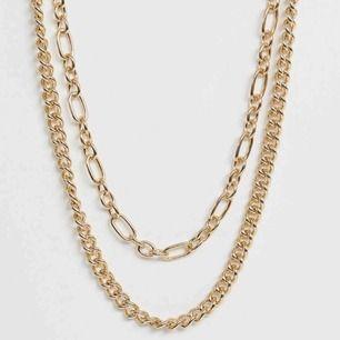 2 st populära guldiga kedjor köpta från asos. Frakten är 15kr :) 🖤
