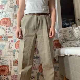 Beiga tunna kostymbyxor. Står storlek 44 men passar mig med skärp (brukar ha 36-38). Aningen långa för mig som är 160 men går att vika upp med säkerhetsnål. Blir såklart snyggare om man stryker dem. Fri frakt!