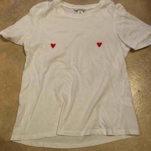 Vit t-shirt från Monki. Köparen står för frakt