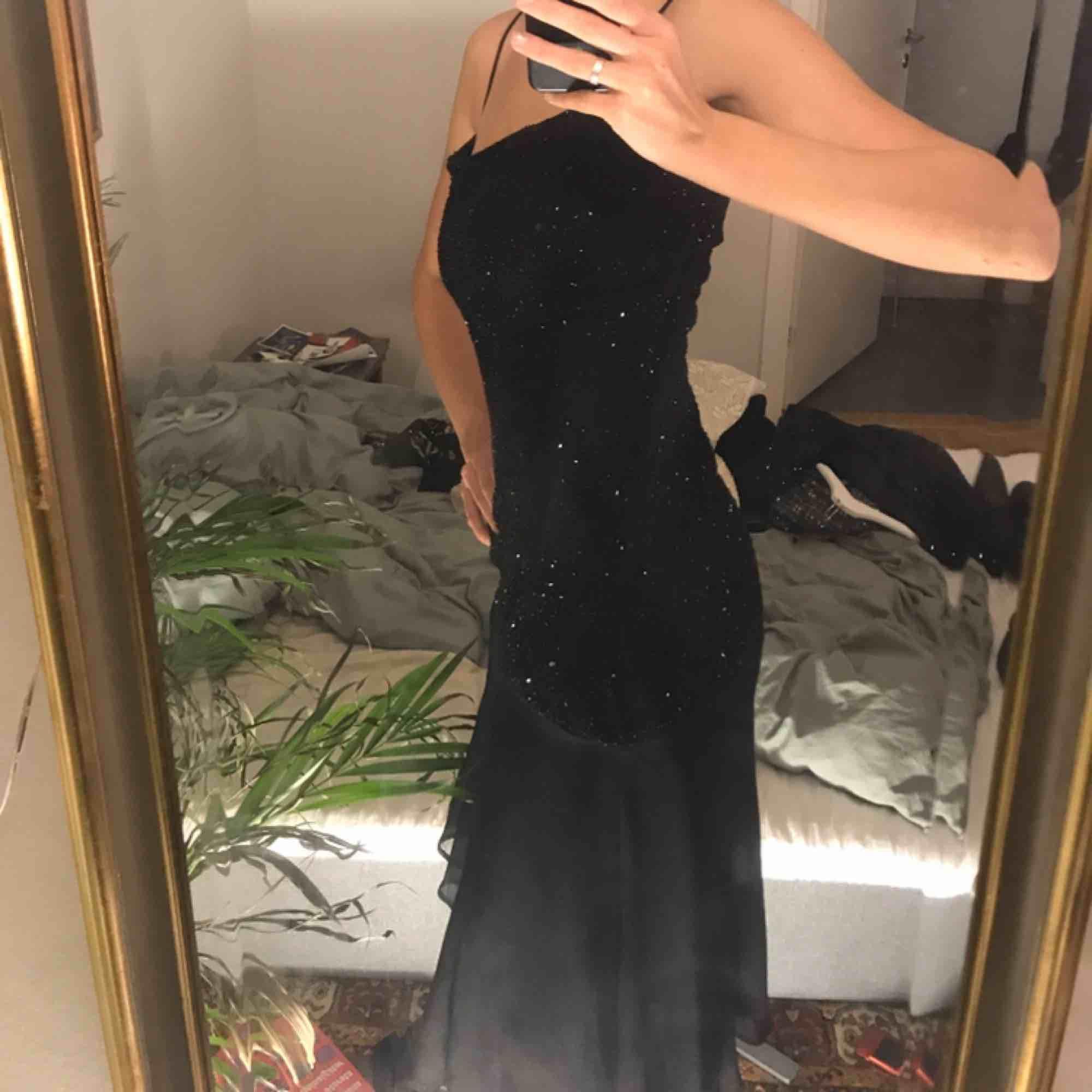 Superfin pärlbroderad klänning. Perfekt för nyår!! Super bra skick! . Klänningar.