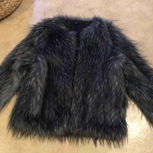Fluffig jacka från Gina Tricot. Oanvänd! Nypris 699. Köparen står för frakt
