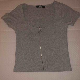 Kort tröja som visar magen från bikbok