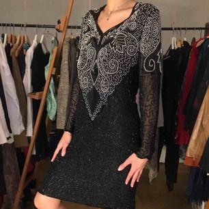 Ännu en superfin, detaljerad och välarbetad pärlbroderad klänning. Den skriker nyår!! Bra skick!