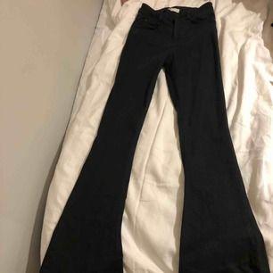 Bootcut jeans från ginatricot med slitningar i sömmen längst ner.