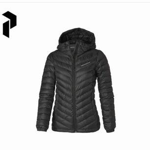 Säljer min peakpreformance jacka, väldigt fint skick. Nypris 2500. Skickar fler bilder vid förfrågan. Pris kan diskuteras !!