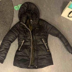 Säljer min jacka då den inte passar längre , liten i storleken. Har hål inne i fickan, går att sy
