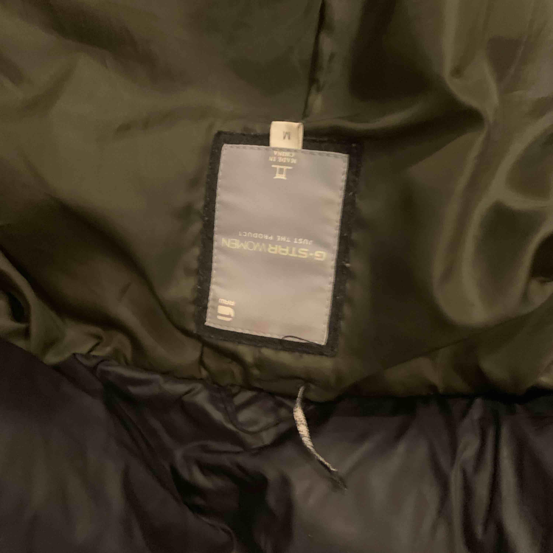 Säljer min jacka då den inte passar längre , liten i storleken. Har hål inne i fickan, går att sy . Jackor.
