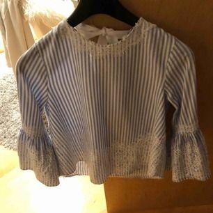 Fin blus med spetts från Zara. Använd ett fåtal gånger.  Köparen står för frakt!!