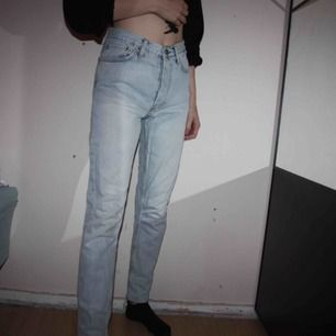 Ljusblå girlfriend jeans från BIKBOK. Storlek XS. Använd ett fåtal gånger.  Frakt kostar 79kr, postnords blåa kuvert