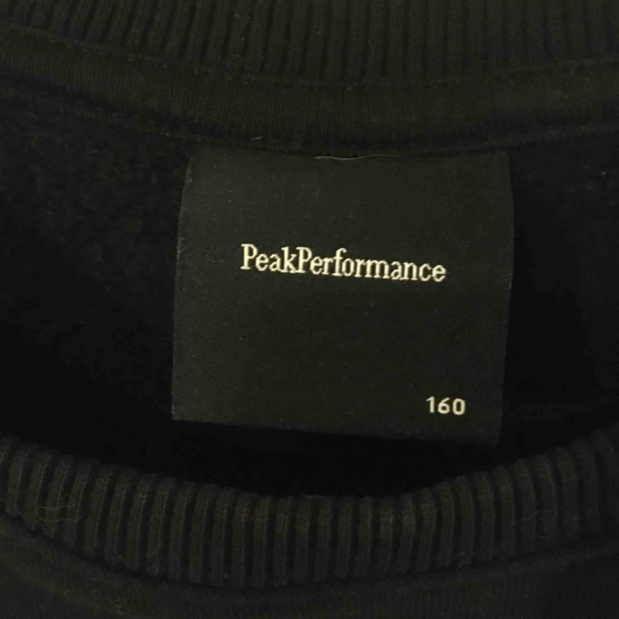 En super fin Peak Performance sweatshirt i nytt skick! Endast använd ett par gånger. Storlek 160cm. Frakt tillkommer☺️. Tröjor & Koftor.