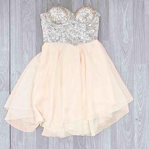 Jättefin ljusrosa klänning med silvriga paljetter och stenar, storlek 34/36.  Möts upp i Stockholm eller fraktar Frakt kostar 54kr extra, postar med videobevis/bildbevis. Jag garanterar en snabb pålitlig affär!✨