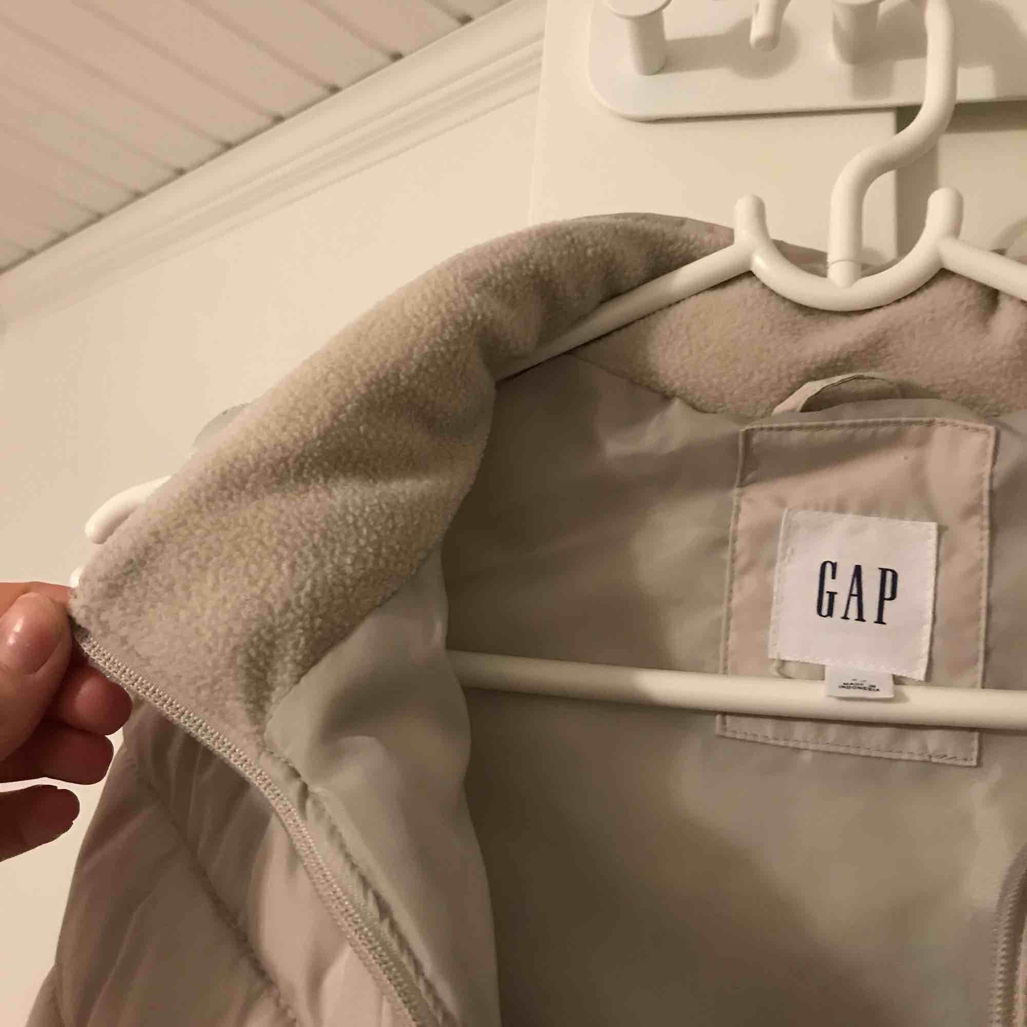 Säljer min väst från gap för 250kr, superskön och knappt använd!! . Jackor.