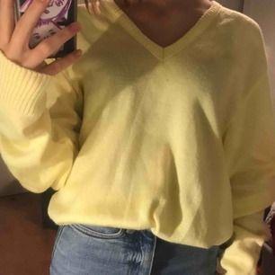 Sååå fin pastellgul stickad tröja med v-ringade hals. Skön och bekväm. Köpt på beyond retro för 150kr. Storlek L men passar som over size på en S/XS. Kan mötas upp i Uppsala annars står köparen för frakten💕