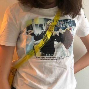 En supercool T-shirt ifrån zara med cluelesstryck! Passar till allt:)) ganska väl använd men ändå bra skick. (Skriv för fler bilder) priset är inte med inkluderad frakt! Hör av dig för mer info💓💓
