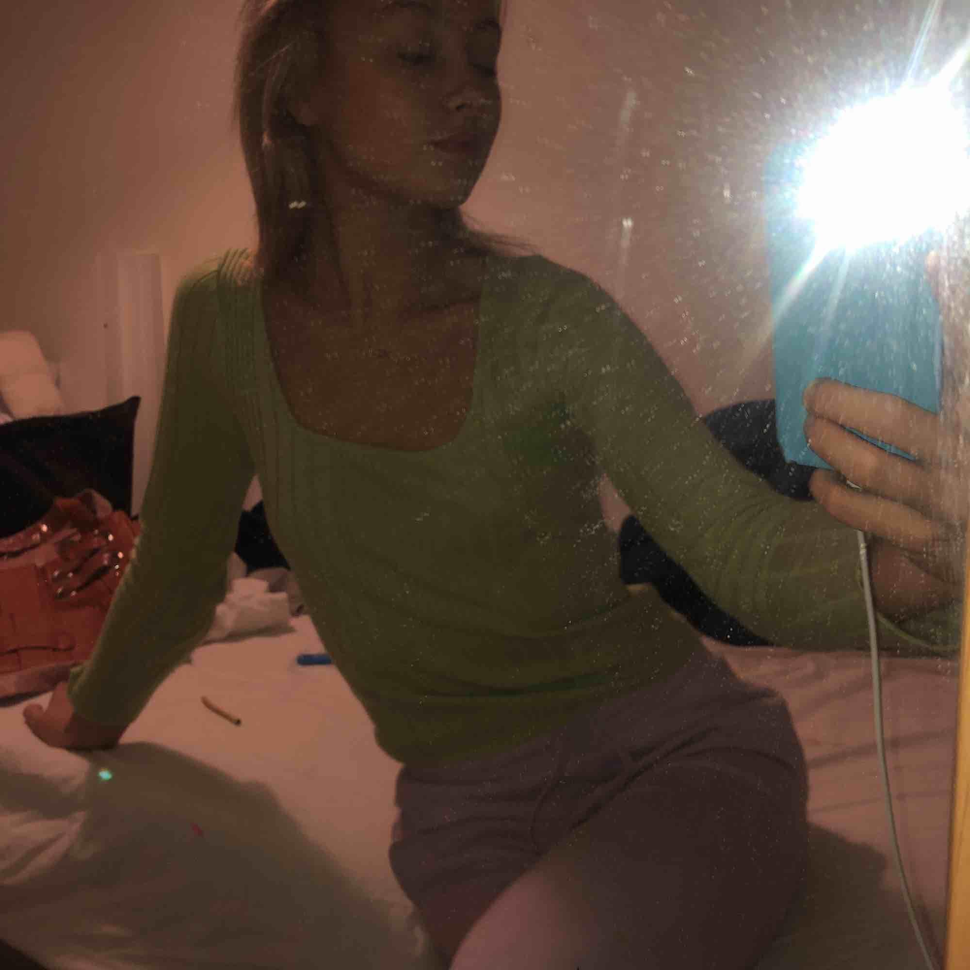 Neon grön tröja använd 2/3 gånger 💫⭐️⭐️✨🤡🦋🔛🦖🦖🦖. Skjortor.