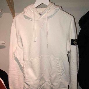Tröja, stl. L, Herr Nu säljer jag min Stone Island hoodie vilket är i princip nyskick. Hoodien är i storlek Large men sitter mer som en medium. Hör av er om ni har ytterligare frågor.