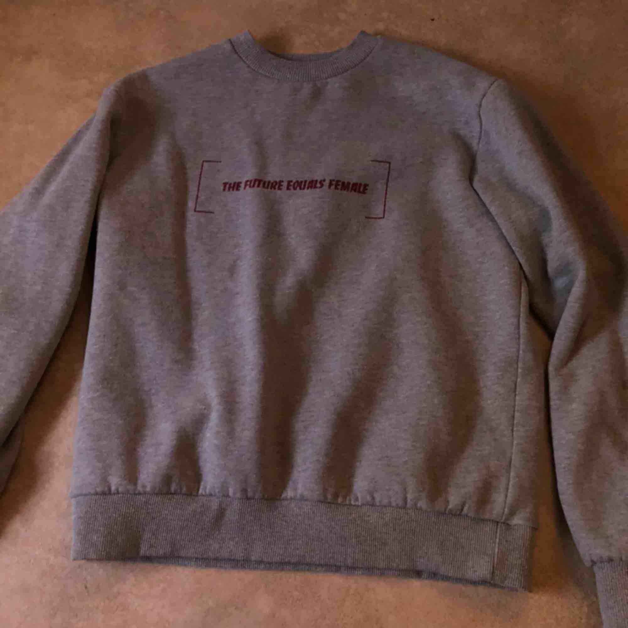 Grå sweater från NA-KD. Köparen står för frakt . Huvtröjor & Träningströjor.
