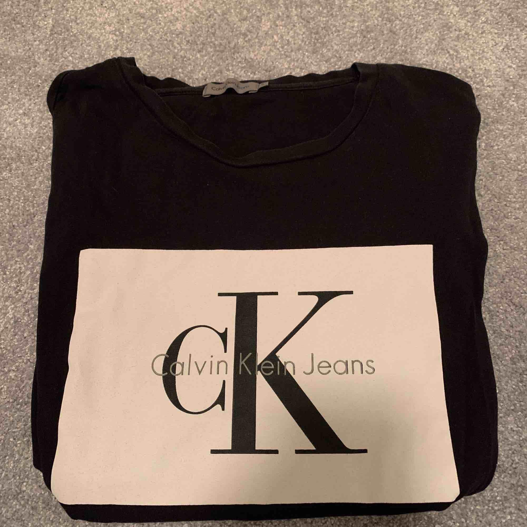 Calvin Klein tröja i storlek S (passar XS och M) . T-shirts.