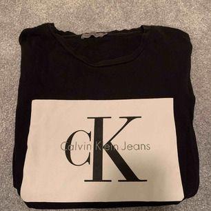 Calvin Klein tröja i storlek S (passar XS och M)