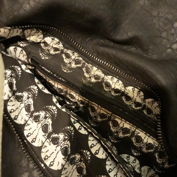 Cool skinnväska med döskallar. Frakt tillkommer.. Väskor.
