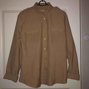 Säljer åt mamma🎀 Jätte fin skjorta i höstens brun/beiga färg från Björn Borg. Strl 42. Nästan aldrig använd då det inte var hennes stil. 200 + frakt eller bud💗