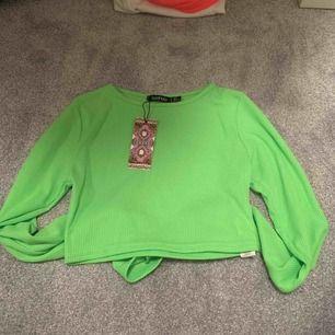 Oanvänd tröja från bohoo i storlek 36