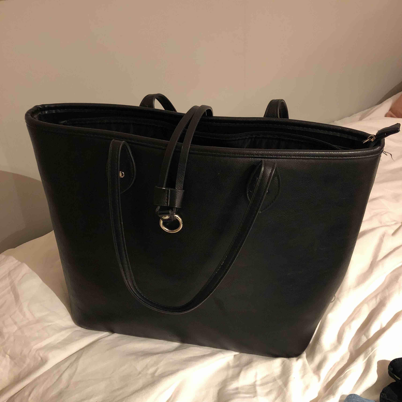 Fin don&Donna väska. Använd ett fåtal gånger. I fint skick.  Perfekt att använda till skolan etc, väldigt stor och rymmer mycket. . Väskor.