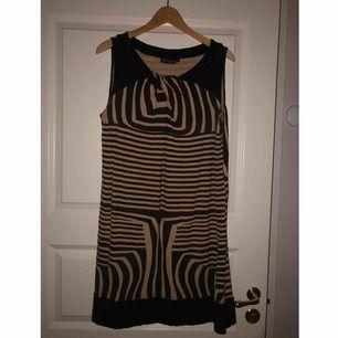 Säljer åt mamma🎀 Fin klänning från handberg strl L. Aldrig använd då det blev fel storlek. 150 + frakt eller bud💗