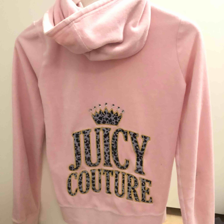 Juicy couture kofta i nyskick Nypris 1300kr. Huvtröjor & Träningströjor.