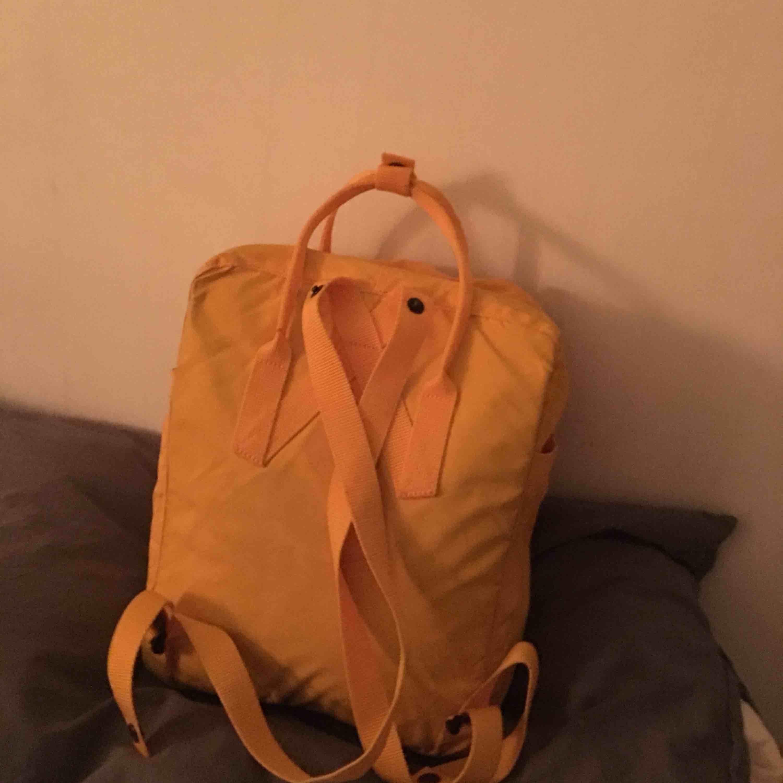 Kånken-ryggsäck i färgen Warm Yellow. Använd i endast en månad så fortfarande superbra skick. Fraktar och möts upp i Göteborg. Väskor.