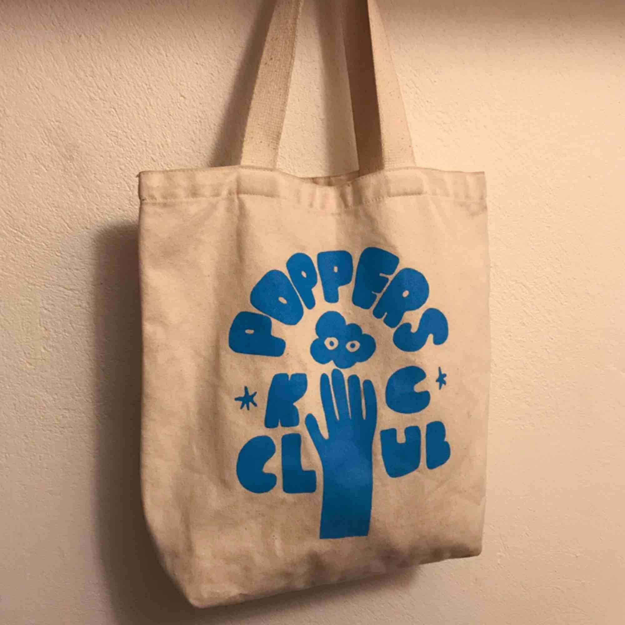 Supersöt tygväska, använd skick men inga stora synliga fläckar eller så🦋💕. Väskor.
