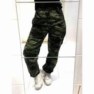 🌟 Snygga militärbyxor med hög midja, fickor och dragkedjor vid benslutet. Använda men i fint skick, uppskattas till en storlek S. Köparen står för frakt, betalas via Swish 💫