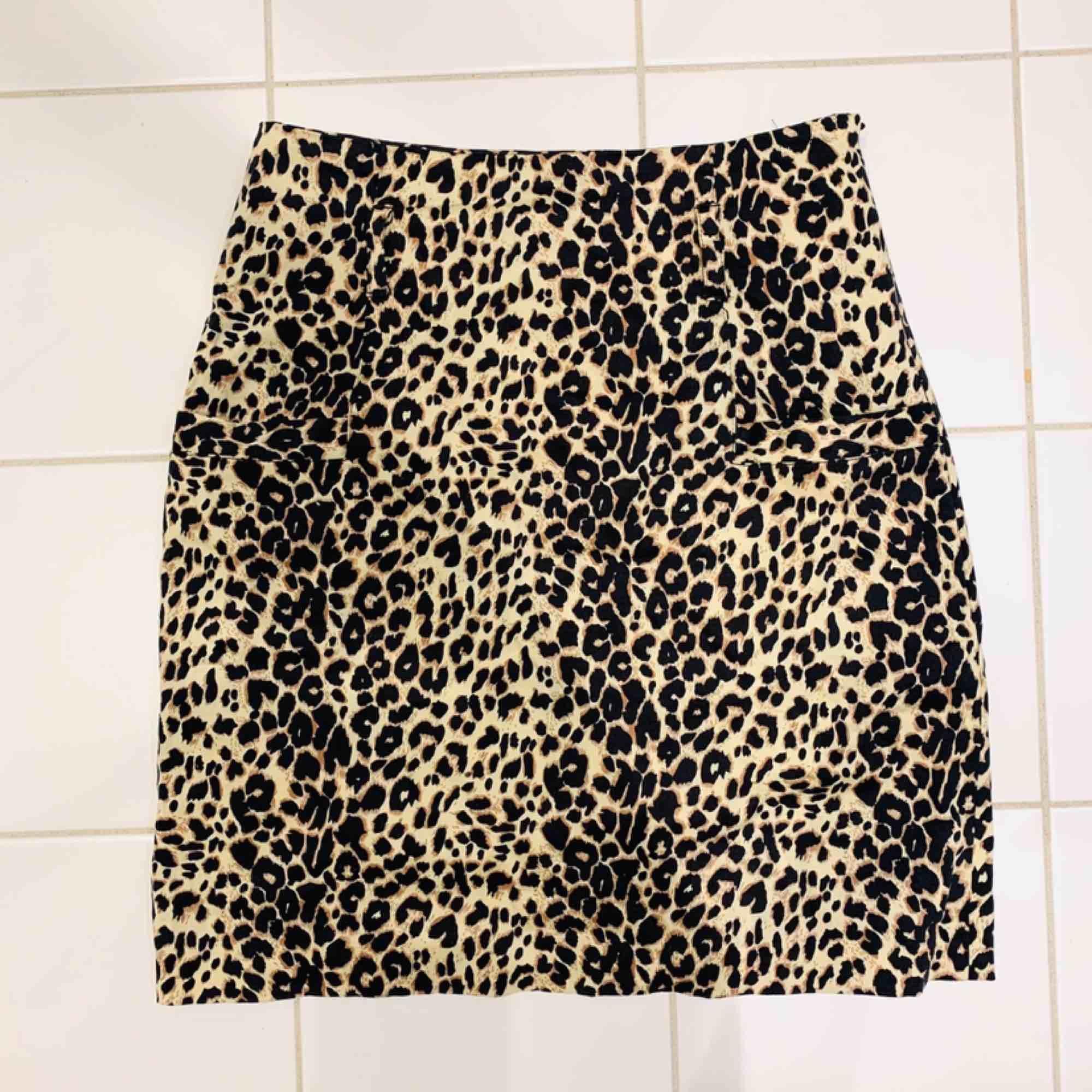 Fin åtsittande kort kjol med fickor och hällor för skärp, stängs i sidan med dragkedja. Mycket fint skick. Köparen står för frakt, betalas via Swish 💫. Kjolar.