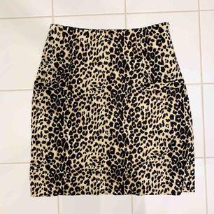 Fin åtsittande kort kjol med fickor och hällor för skärp, stängs i sidan med dragkedja. Mycket fint skick. Köparen står för frakt, betalas via Swish 💫
