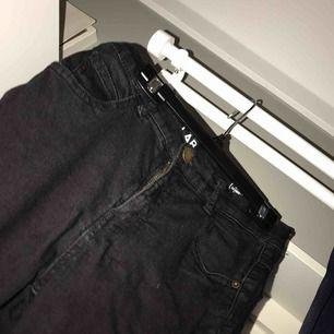 Ett par lågmidjade byxor som är vida där ner vid byxkanten. Köpte dom i sommras men nu använder jag inte dom för att dom inte är min stil. Köparen står för frakten!